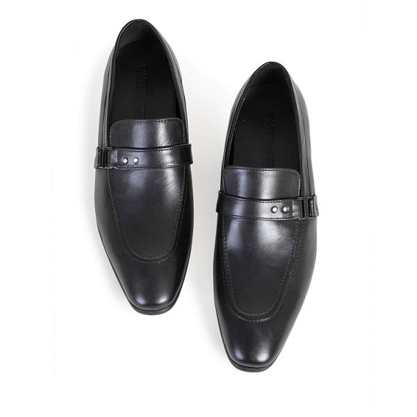 Nên dùng xi để đánh bóng đôi giày