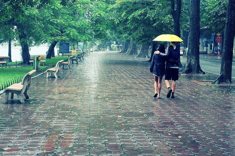 lưu ý khi đi giày trời mưa